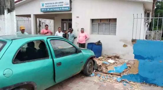 Resultado de imagem para João Câmara: Carro desgovernado bate e derruba muro da Unidade Básica de Saúde